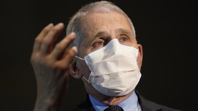 Le Dr Anthony Fauci a estimé qu'il était «tout à fait possible» que les Américains doivent toujours porter le masque l'an prochain.