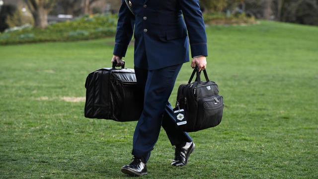 Transportée par un aide militaire, la valise nucléaire est surnommée «football» aux Etat-Unis