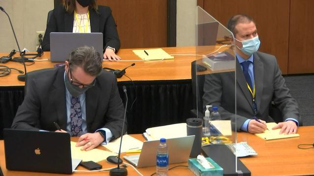 Derek Chauvin (à droite) et Eric Nelson (à gauche) lors du procès