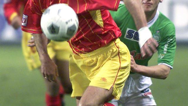 Eric Sikora (premier plan) alors joueur de Lens, le 2 février 2000 à Saint-Etienne. [Eric Cabanis / AFP/Archives]