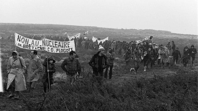 Des opposants à l'enquête publique menée pour l'implantation d'une centrale nucléaire sur le site de Plogoff, manifestent le 3 février 1980 à Plogoff [Jean-Pierre Prevel / AFP/Archives]