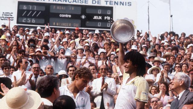 Le Français Yannick Noah, vainqueur à Roland-Garros le 5 juin 1983, après avoir battu le Suédois Mats Wilander. Première victoire d'un Français à Roland-Garros depuis 1946. [Stf / AFP/Archives]