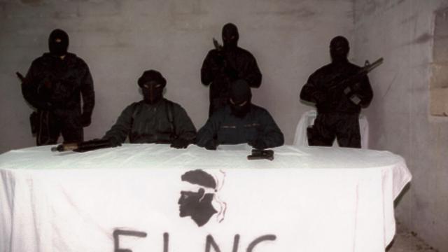 Photo prise dans la nuit du 17 au 18 octobre 1996 d'un petit groupe de militants encagoulés et armés du FLNC [ / AFP/Archives]