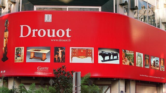 Un panneau publicitaire sur la façade de l'hôtel Drouot, à Paris [Jean-Pierre Muller / AFP/Archives]