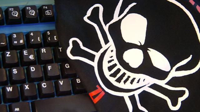 Photo prise le 22 janvier 2002 à Paris, de la tête de mort qui figure sur le tee-shirt officiel de la première école officielle de hackers, qui a ouvert ses portes en octobre 2001 [Joel Saget / AFP]