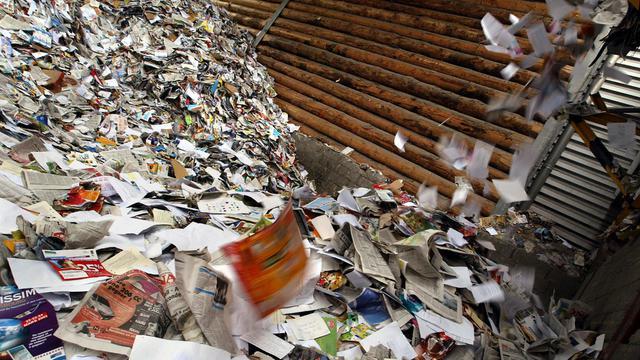 Tri de papiers dans une usine à Strasbourg, en 2002 [Pierre Andrieu / AFP/Archives]