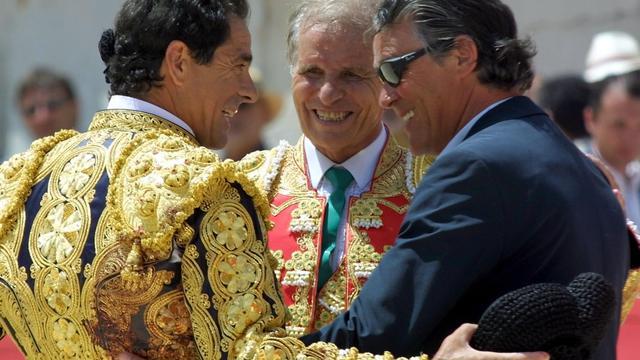 Les matadors espagnols, Paco Ojeda et El Cordobes , et Simon Casas, directeur des arènes de Nimes, le 17 mai 2002 à Nîmes [Boris Horvat / AFP/Archives]