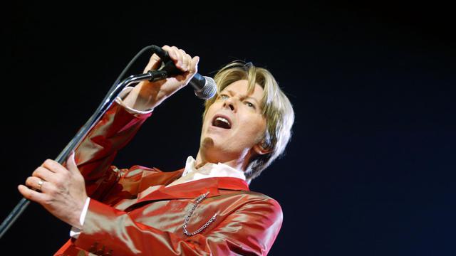 """La rock-star David Bowie sera au centre d'une grande rétrospective au printemps prochain au Victoria and Albert Museum à Londres, qui a sélectionné 300 objets dans les archives de cet artiste caméléon et précurseur, décrit comme """"l'un des plus influents des temps modernes"""".[AFP]"""