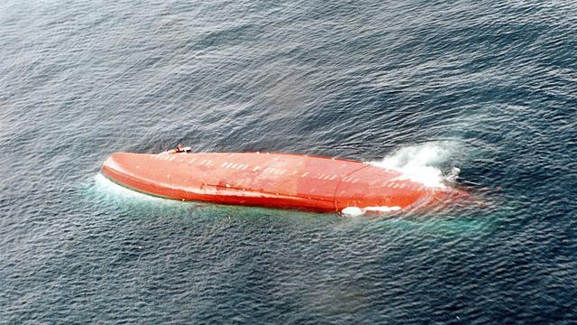 Vue aérienne du ferry du Joola, retourné, le 27 septembre 2002 [ / Marine Nationale/AFP/Archives]