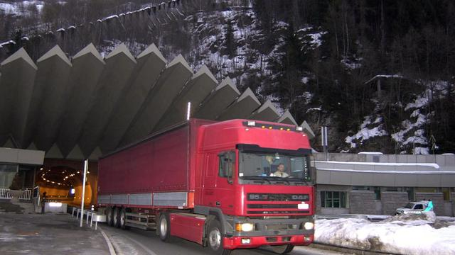 Il y a cinquante ans le 14 août 1962, le percement du tunnel du Mont-Blanc entre la France et l'Italie s'achevait. Un exploit technique et technologique salué à l'époque, mais décrié 37 ans plus tard lors de l'incendie qui a coûté la vie à 39 personnes.[AFP]
