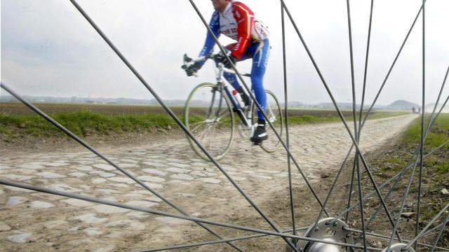 """Le coureur cycliste Philippe Gaumont de l'équipe Cofidis, le 10 avril 2003 sur le secteur pavé de Wallers près de la tranchée d'Anremberg, à trois jours du départ de la classique """"Paris Roubaix"""" [Denis Charlet / AFP/archives]"""