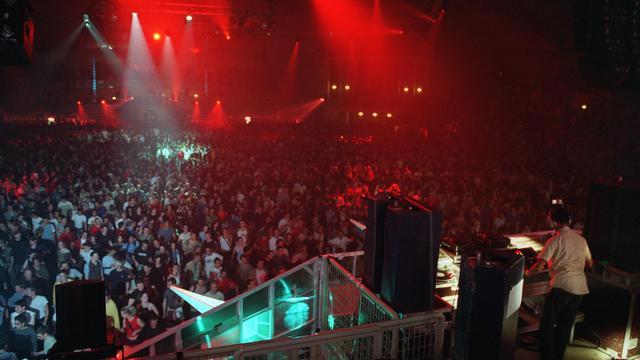 Le DJ américain Jeff Mills, le 7 mai 2003 lors d'une rave party à Villebon-sur-Yvette près de Paris