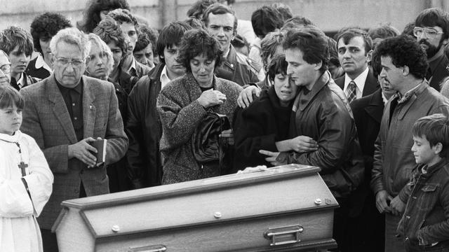 Christine et Jean-Marie Villemin aux obsèques de leur fis Grégory le 16 octobre 1984 à Lépanges-sur-Volognes [Jean-Claude Delmas / AFP/Archives]