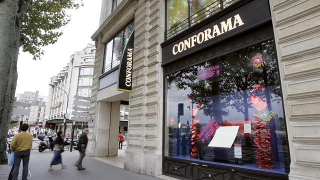 Deux personnes entrent dans un magasin Conforama à Paris [Jack Guez / AFP/Archives]