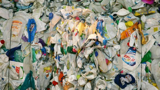 Des bouteilles en plastique sont entassées après avoir été triées dans le centre des collectes sélectives du SYCTOM (Syndicat Intercommunal pour le traitement des déchets de l'agglomération parisienne), le 27 juillet 2006 à Nanterre. [Joel Saget / AFP/Archives]