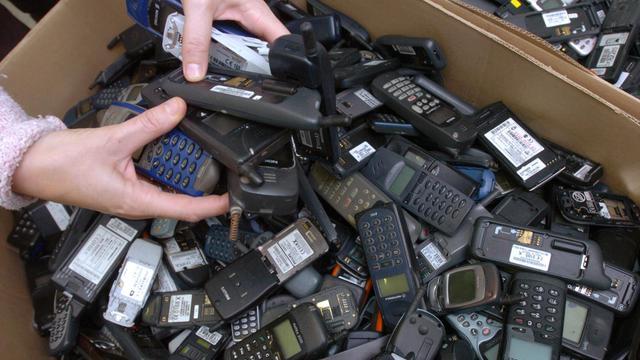 Des cartons remplis de téléphones portables usagés destinés à être recyclés ou réparés [Frank Perry / AFP/Archives]