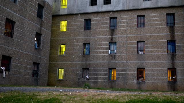 """Quinze prisons françaises étaient touchées mardi par des grèves de la faim ou """"refus de plateaux"""" de détenus membres du groupe armé basque ETA, en solidarité avec un prisonnier, en Espagne, réclamant sa libération conditionnelle pour raisons de santé, selon l'administration pénitentiaire.[AFP]"""