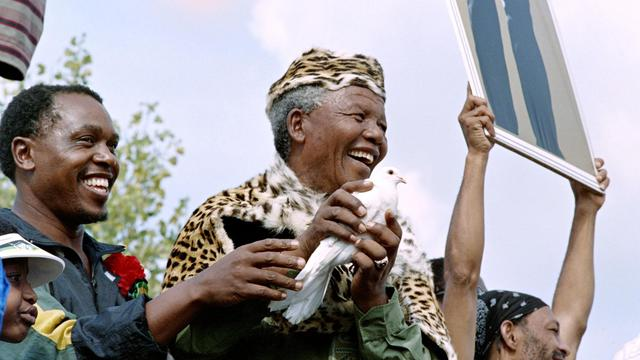 Nelson Mandela lâche une colombe lors d'une maifestation pour la paix à Sharpville, au sud de Johannesburg, le 21 mars 1994 [Walter Dhladhla / AFP/Archives]