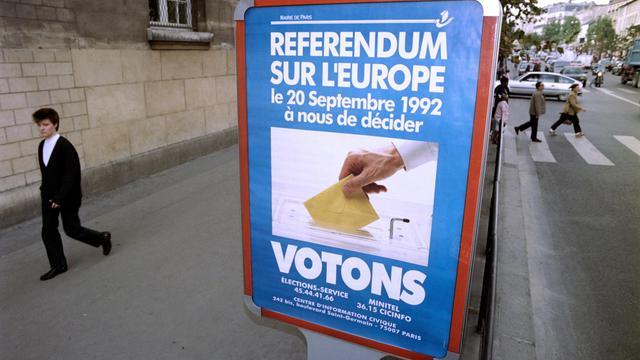 Vue d'une affiche appelant à voter lors du référendum sur le traité de Maastricht, le 09 septembre 1992 à Paris. [Francois Xavier Marit / AFP/Archives]