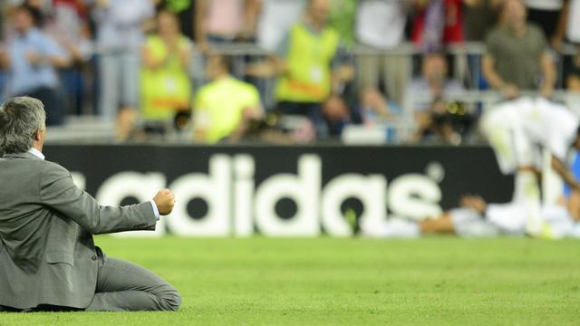 L'entraîneur portugais du Real Madrid, José Mourinho (G) exulte après le but d ela victoire inscrit par son équipe contre Manchester City en C1, le 18 septembre 2012 [Javier Soriano / AFP]