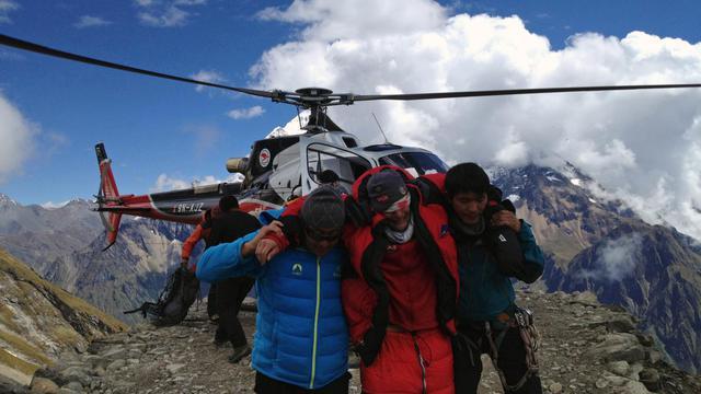 Un survivant de l'avalanche  au mont Manaslu au Népal évacué le 23 septembre 2012 en hélicoptère [ / Simrik Air/AFP]