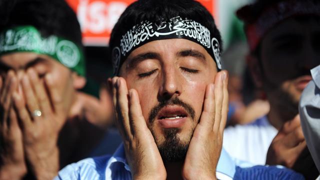 Un Turc prie à Istanbul lors d'une manifestation contre le film anti-islam, le 23 septembre 2012 [Bulent Kilic / AFP/Archives]