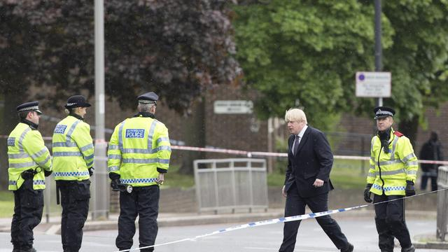 Le maire de Londres Boris Johnson avec des policiers à l'endroit où un soldat a été tué mercredi 23 mai 2013 [Justin Tallis / AFP]