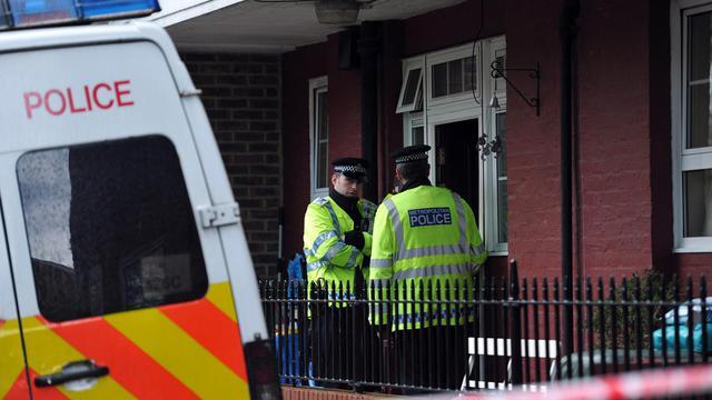 Des policiers devant la porte d'un immeuble au sud-est de Londres, le 23 mai 2013 [Carl Court / AFP]