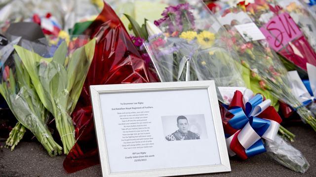 La photo de Drummer Lee Rigby, tué le 22 mai 2013, au milieu de fleurs en son souvenir [Justin Tallis / AFP/Archives]