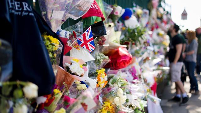 Photo prise le 26 mai 2013 à Londres de fleurs posées en hommage au soldat anglais Lee Rigby [Leon Neal / AFP/Archives]
