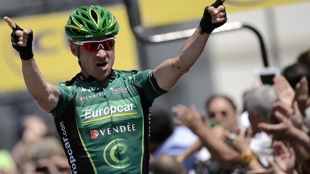 Le geste de la victoire du Français Thomas Voeckler à l'arrivée de la 6e étape du Dauphiné, le 7 juin à Grenoble [Jeff Pachoud / AFP/Archives]