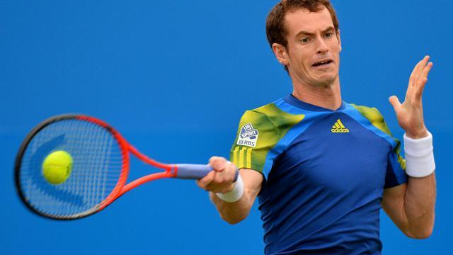 Le Britannique Andy Murray renvoie la balle au Français Nicolas Mahut lors du tournoi du Queen's à Londres, le 12 juin 2013 [Ben Stansall / AFP]