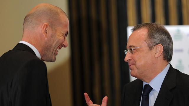Le président du Real Madrid Florentino Perez (d) et Zinédine Zidane, le 4 novembre 2011 à Madrid [Dani Pozo / AFP/Archives]