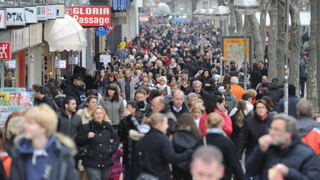 Des personnes marchent dans une rue commerçante de Stuttgart, le 27 décembre 2011 [Franziska Kraufmann / DPA/AFP/Archives]