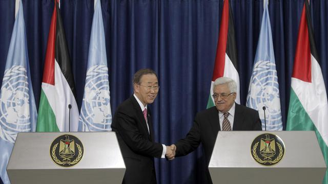 Le président palestinien Mahmoud Abbas (d) et le secrétaire général de l'ONU Ban Ki-Moon, le 1er février 2012 à Ramallah [Marco Longari / AFP/Archives]