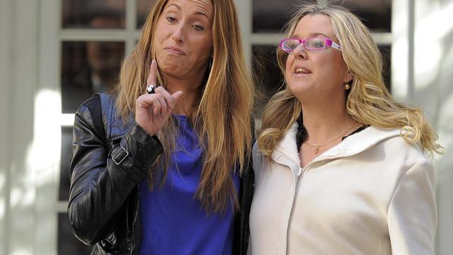 La nageuse espagnole Gemma Mengual (à gauche) et la responsable de l'équipe espagnole Ana Tarres, lors d'une conférence de presse, le 15 février 2012 à Barcelone. [Lluis Gene / AFP]