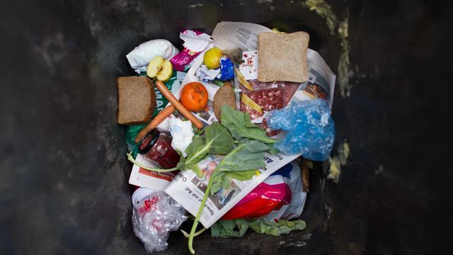 Des déchets alimentaires au fond d'une poubelle [Patrick Pleul / DPA/AFP/Archives]