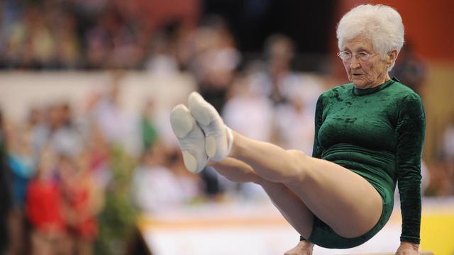"""La """"plus vieille gymnaste au monde"""" Johanna Quaas, née en 1925, en démonstration le 25 mars 2012 à Cottbus (Allemagne) [Hannibal Hanschke / AFP/Archives]"""