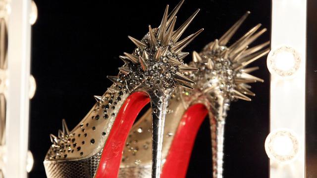La justice américaine a reconnu à Christian Louboutin, créateur français de talons aiguilles, le droit de déposer ses fameuses semelles rouges comme image de marque, à l'issue d'un procès en appel contre Yves Saint Laurent (PPR) qu'il accusait de plagiat.[AFP]