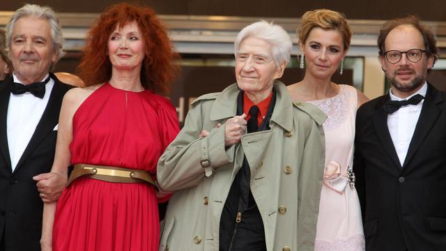 """Alain Resnais (C) et les acteurs du film """"Vous n'avez encore rien vu !"""", le 21 mai 2012 à Cannes [Valery Hache / AFP/Archives]"""