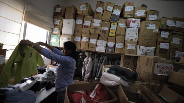 Une volontaire de Caritas trie des vêtements, le 6 juin 2012 à Vilagarcia de Arousa dans le nord-ouest de l'Espagne [Miguel Riopa / AFP/Archives]