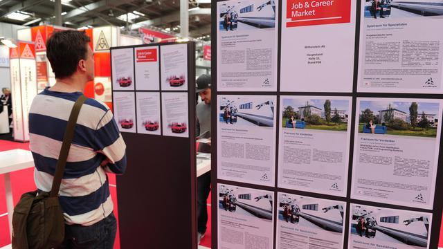 Une personne consulte des offres d'emplois à Hanovre, le 23 avril 2012 [John Macdougall / AFP/Archives]