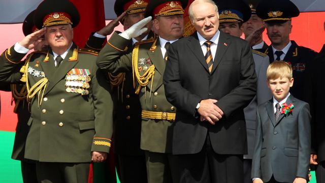 Le président du Belarus Alexandre Loukachenko et son fils Nikolaï, le 3 juillet 2012 à Minsk [Nikolai Petrov / Pool/AFP/Archives]