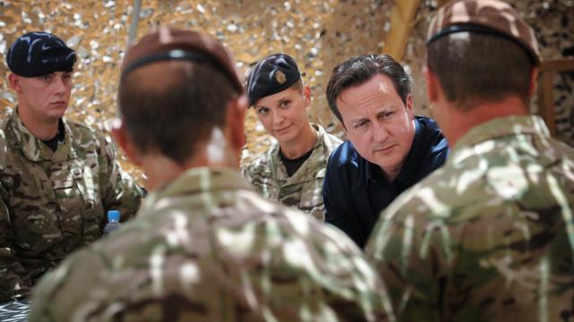 Le Premier ministre britannique David Cameron rencontre des soldats basé en Afghanistan, le 18 juillet 2012 à Lashkar Gah  dans la province du Helmand [Stefan Rousseau / Pool/AFP/Archives]