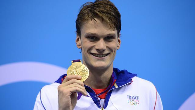 Yannick Agnel brandit sa médaille d'or du 200m nage libre aux jeux Olympiques de Londres, le 30 juillet 2012 [Leon Neal / AFP/Archives]