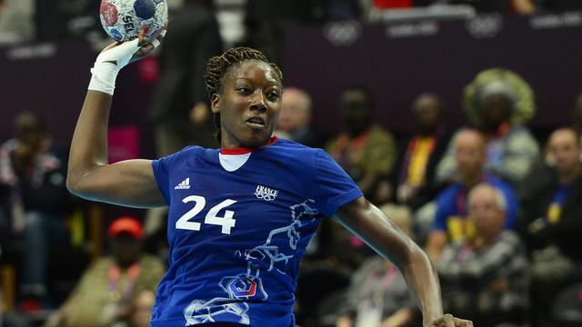 L'arrière internationale française Mariama Signaté au tir lors du tournoi de handball des JO de Londres, le 1er août 2012. [Javier Soriano / AFP/Archives]