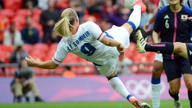 L'attaquante française Eugenie Le Sommer (g) lors du tournoi olympique le 6 août 2012 contre le Japon à Londres [Toshifumi Kitamura / AFP/Archives]