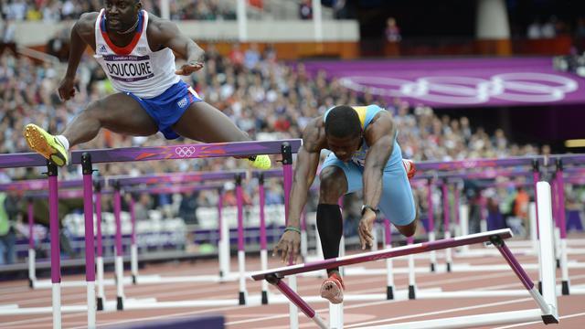 Le Français Ladji Doucouré (g) court le 110 m haies aux Jeux Olympiques de Londres, le 7 août 2012 [Adrian Dennis / AFP/Archives]
