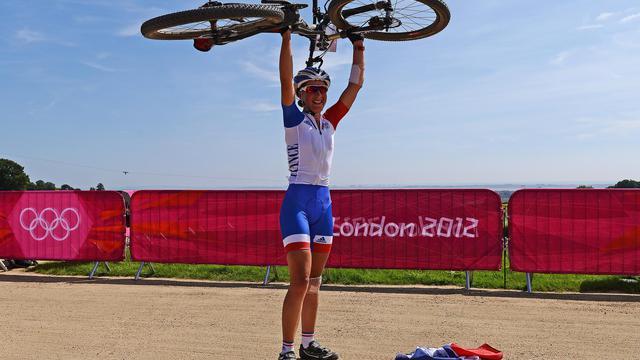 La Française Julie Bresset, 23 ans, a remporté le titre de championne du monde de cross-country, moins d'un mois après sa médaille d'or olympique, surclassant sa principale rivale, la Norvégienne Gunn-Rita Dahle, 39 ans, samedi, à Saalfelden (ouest) [AFP]