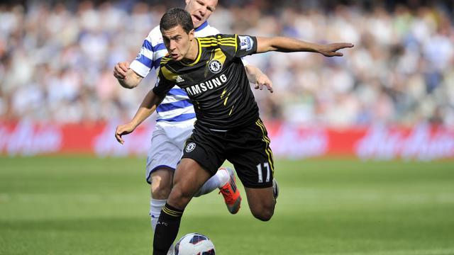 L'attaquant belge de Chelsea, Eden Hazard (noir) débord le joueur de Queens Park Rangers Andrew Johnson (blanc) en match de championnat d'Angleterre, le 15 septembre 2012 [Glyn Kirk / AFP]